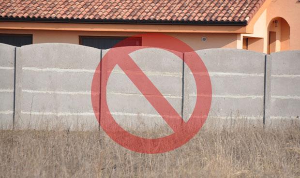 Zlé špárovanie betonovych plotov